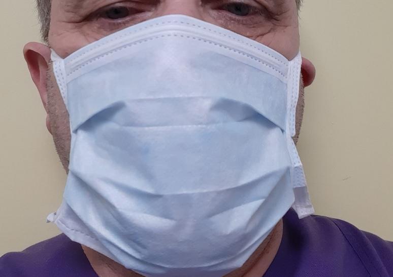 Pielęgniarka epidemiologiczna do pielęgniarki: ściągnij maskę ochronną.