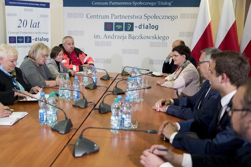 Zobacz zdjęcia ze spotkania premier Szydło z pielęgniarkami z prorządowego NSZZ Solidarność.