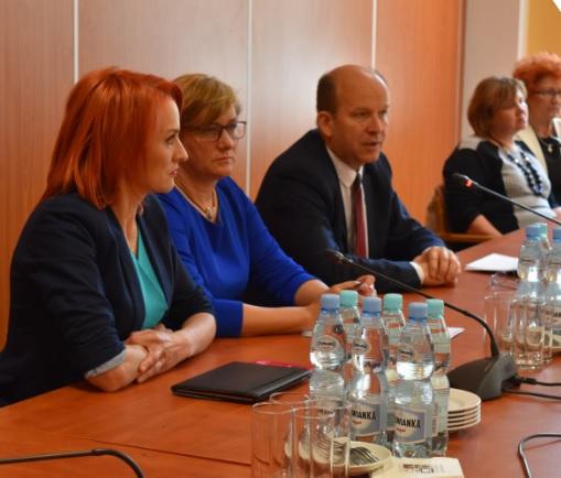 Minister Radziwiłł Dzień Pielęgniarki – 12 maja – świętował w dniu 16 maja (?). Dzisiaj odbyło się także pierwsze posiedzenie ministerialnego zespołu ds. opracowania strategii na rzecz rozwoju pielęgniarstwa i położnictwa w Polsce.