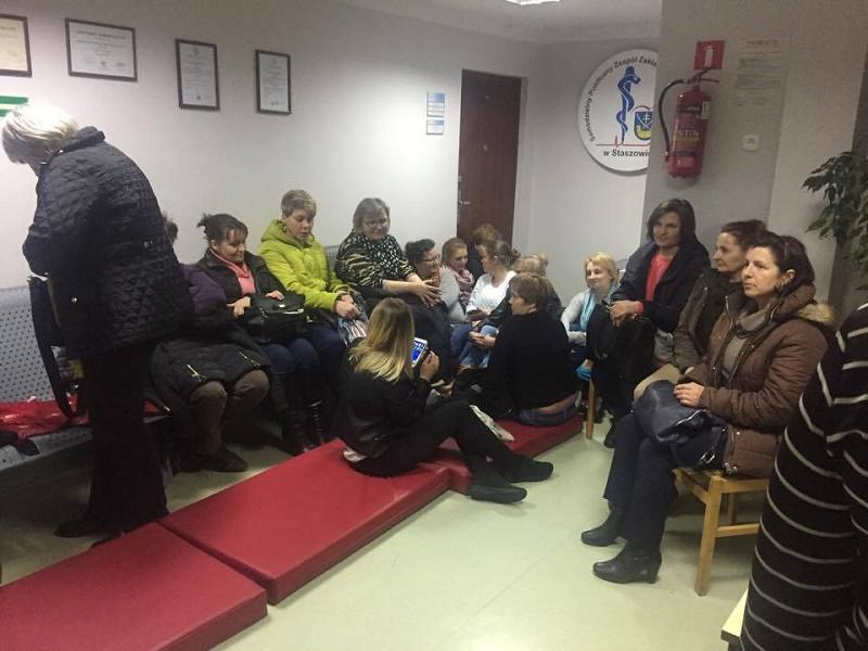 Zobacz zdjęcia pielęgniarek i położnych okupujących gabinet dyrektora szpitala w Staszowie.