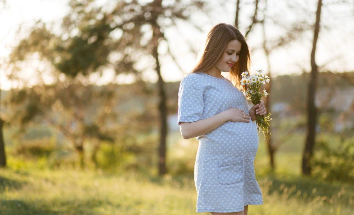 Jesteś w ciąży, a na dworze upały? Sprawdź, co musisz wiedzieć!